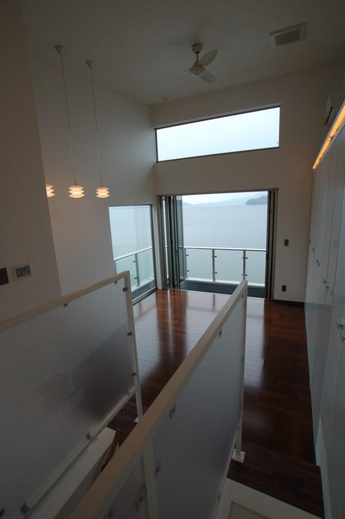 5mの間口いっぱいをモノトーンにまとめられた久美浜湾を望む小さな家
